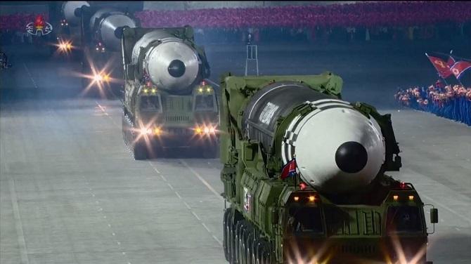ดูชัดๆ!ขีปนาวุธข้ามทวีปใหม่เกาหลีเหนือ ขนาดเบิ้มกว่ารุ่นก่อนๆ(ชมคลิป)