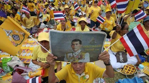 """วัดพลัง? """"อานนท์"""" เผยยึดทำเนียบ ตร.เบรกชู 3 นิ้ว """"ลุงไพศาล"""" พูดเป็นนัย-""""สุวพันธุ์"""" คนไทยสิบๆ ล้านเจ็บปวด"""