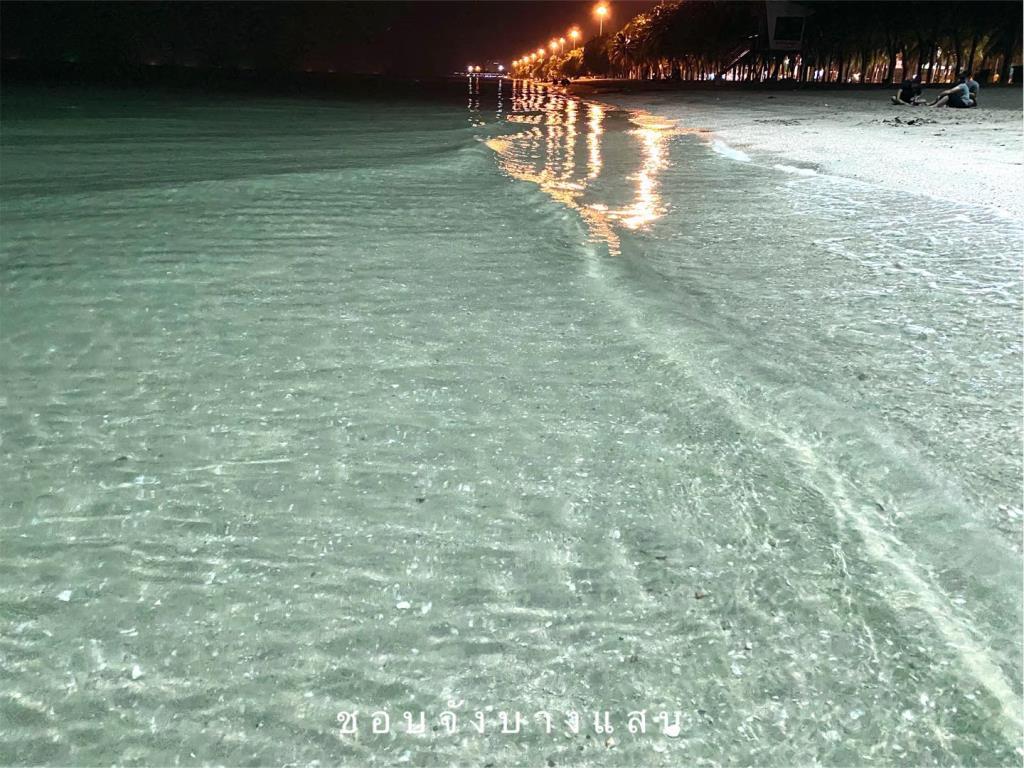 เก็บกระเป๋าเที่ยว! เผยโฉมหาดบางแสนทะเลสวย น้ำใส มองทะลุเห็นเม็ดทราย