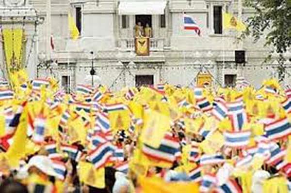 """""""ครบ ๖๐ ปีครองราชย์"""" เป็นภาพเขย่าโลก """"ครบรอบ ๔ ปีสวรรคต"""" สีเหลืองจะเต็มเมืองอีกครั้ง!!!"""