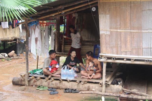 ราชบุรีใช้กระเช้าส่งเสบียงอาหารให้กะเหรี่ยงพุระกำ หลังน้ำท่วมถูกตัดขาด จากโลกภายนอก