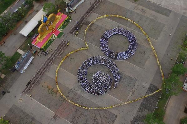 """พสกนิกรชาวสุราษฎร์กว่า 5 พันคน ร่วมงาน """"สดุดีเทิดไท้องค์ราชัน """" แปรอักษรรูปเลข 10 กรอบหัวใจธงชาติ"""