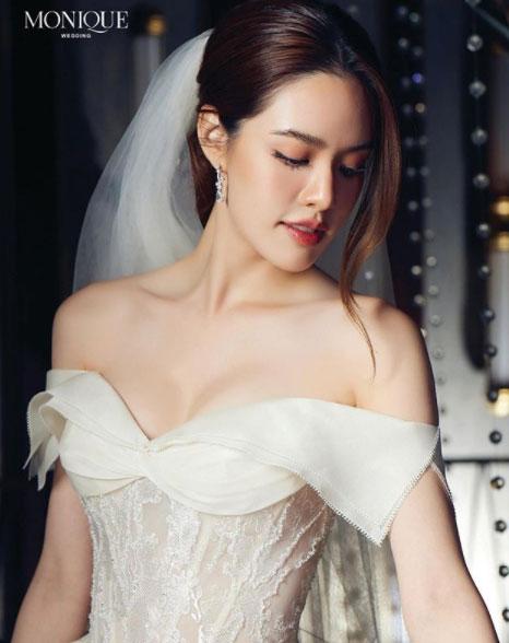 """เจ้าสาวผู้เลอโฉม """"เกรซ กาญจน์เกล้า"""" สวมชุดแต่งงานถ่ายแบบในลุคหญิงมั่นทันสมัย"""