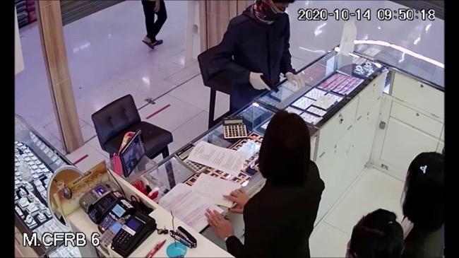 ระทึก!โจรควงปืนบุกจี้ร้านทอง ออโรร่าห้างดังย่านนทบุรี กวาดแหวนทอง 11 วง หลบหนี