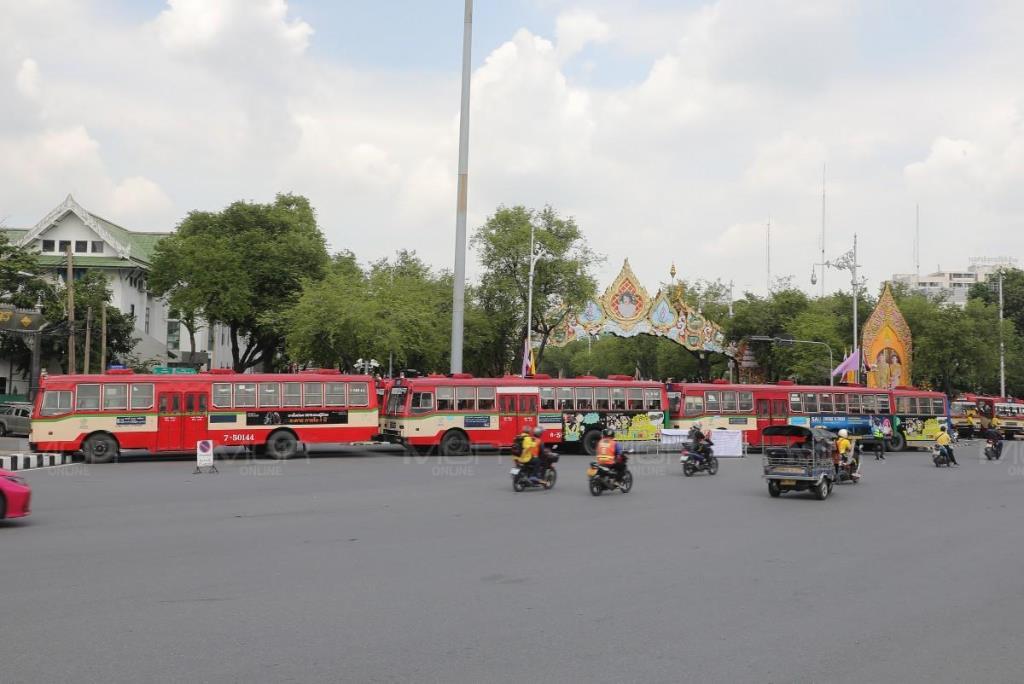 ตร. นำรถเมล์จอดขวางแยกผ่านฟ้าลีลาศ กันม็อบ 14 ตุลา ประชิดทำเนียบรัฐบาล