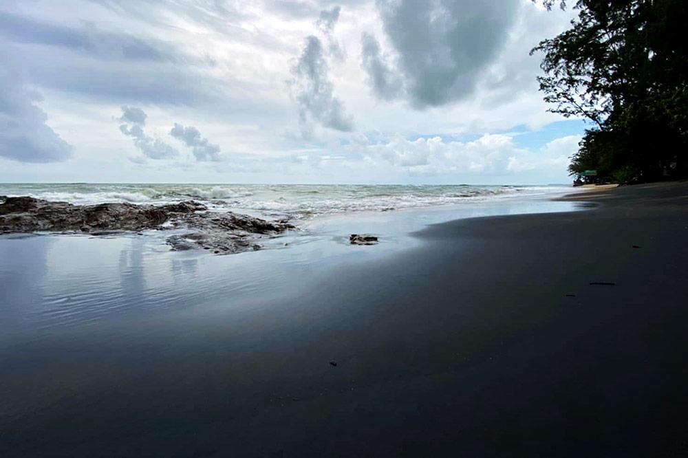 """อันซีนพังงา """"หาดนางทอง"""" ธรรมชาติสุดแปลกตา หาดทรายสีดำพบไม่กี่แห่งในโลก"""