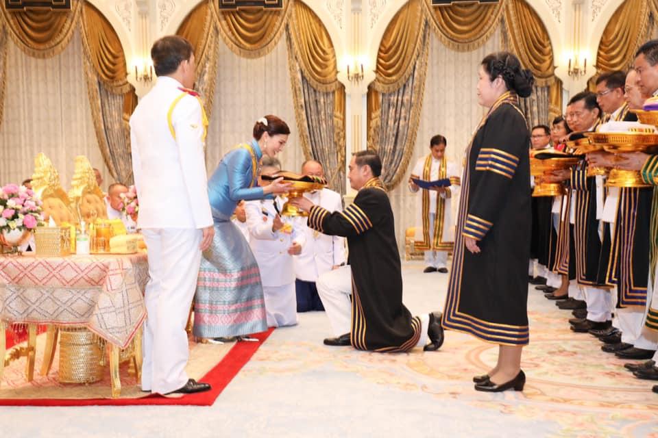 พระราชินี ทรงรับการทูลเกล้าฯ ถวายปริญญาดุษฎีบัณฑิตกิตติมศักดิ์19 สาขา จากมรภ.38 แห่งทั่วประเทศ