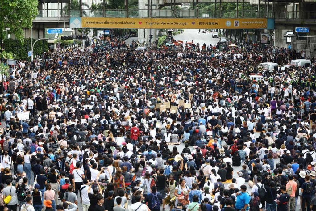 """ประมวลภาพ : """"คณะราษฎร"""" ยึดแยกราชประสงค์จัดชุมนุม เพื่อเรียกร้องประชาธิปไตย"""