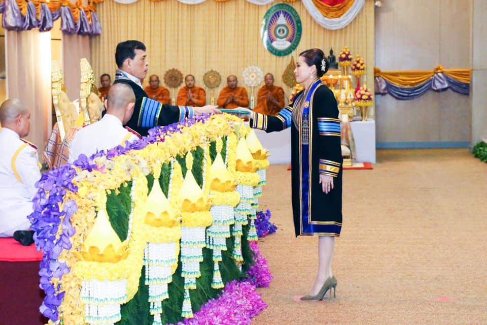 ในหลวง พระราชทานปริญญาบัตรแก่ผู้สำเร็จการศึกษา มรภ.สกลนคร-นครราชสีมา สมเด็จพระราชินี เฝ้าฯ รับพระราชทานปริญญาบัตรรัฐประศาสนศาสตรดุษฎีบัณฑิตกิตติมศักดิ์