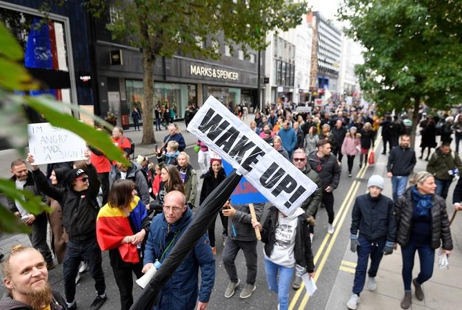 ละเมิดสิทธิฯ!ชุมนุมประท้วงกลางลอนดอน ต้านยกระดับคุมเข้มสกัดโควิดระลอกสอง