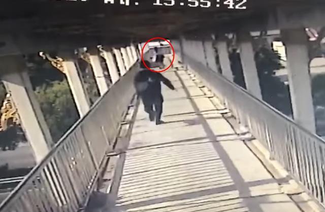 เตือนภัย! นักเรียนหญิงถูก รปภ.หื่น ลวนลามบนสะพานลอยช่วงกลางวันแสกๆ (ชมคลิป)