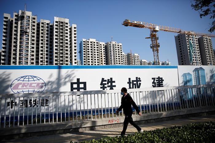 สถานที่ก่อสร้างโครงการอาคารที่พักอาศัยแห่งหนึ่ง ในกรุงปักกิ่ง ประเทศจีน (ภาพถ่ายวันที่ 19 ต.ค.)  ทั้งนี้ทางการจีนแถลงว่า จีดีพีไตรมาส 3 (ก.ค.-ก.ย.) ปีนี้ของประเทศ สามารถขยายตัวได้อัตรา 4.9%