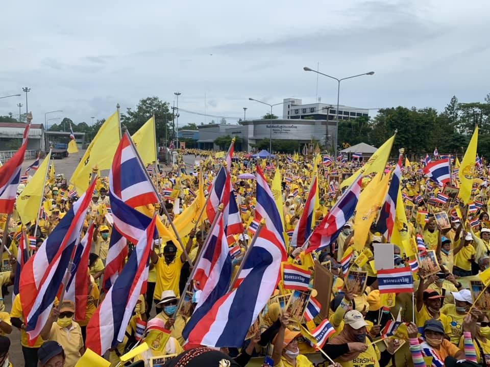 กลุ่มเทิดทูนสถาบัน นัดรวมพลสวมเสื้อเหลืองแสดงความจงรักภักดี ปกป้องสถาบันฯ