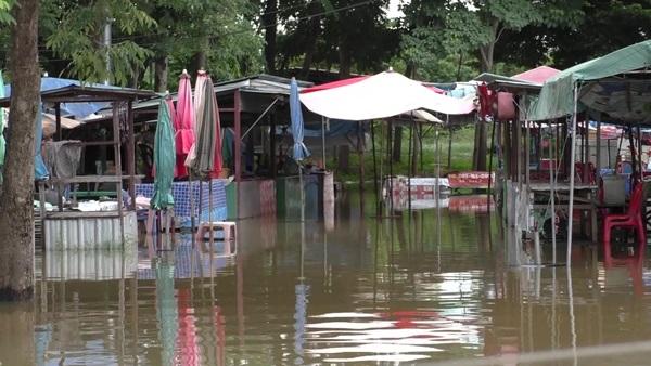 ชัยนาทบางพื้นที่น้ำไหลเข้าท่วมบ้านเรือนประชาชน เร่งวางกระสอบทรายช่วย