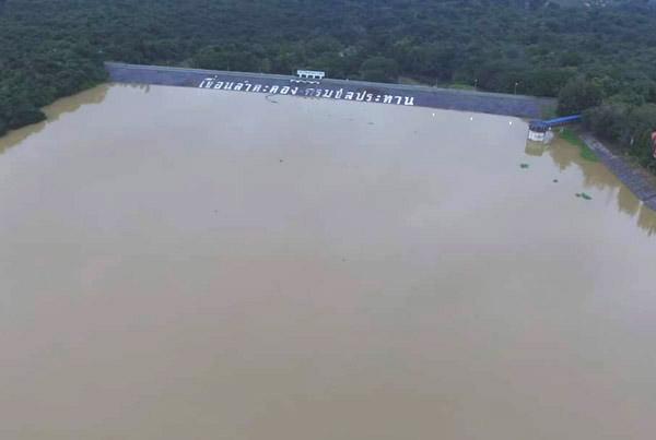เขื่อนลำตะคอง อ.สีคิ้ว จ.นครราชสีมา ล่าสุดมีปริมาณน้ำ 335.564 ล้าน ลบ.ม. คิดเป็น 106.70% ของความจุอ่างฯ 314.49 ล้าน ลบ.ม. วันนี้ (21 ต.ค.)
