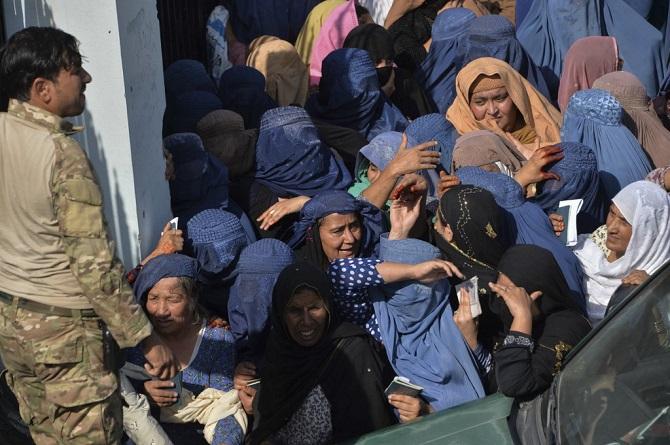 สลด!ชาวบ้านอัฟกันนับหมื่นแย่งกันทำวีซ่าไปปากีฯ เหยียบกันตาย15ศพ