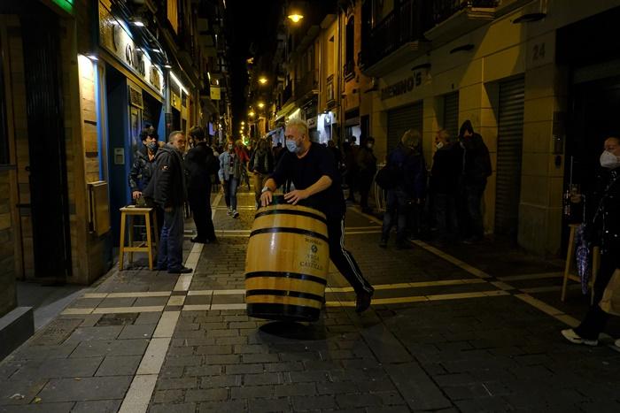คนงานเตรียมตัวปิดบาร์แห่งหนึ่งในเมืองปัมโปลนา ทางตอนเหนือของสเปนเมื่อคืนวันพุธ (21 ต.ค.)  โดยมาตรการใหม่ต่อสู้โควิด-19 ซึ่งเริ่มบังคับใช้ในแคว้นนาบาร์รา ระบุว่า บาร์และร้านอาหารทุกแห่งต้องปิด 15 วัน ตั้งแต่หลังเที่ยงคืนวันพุธเป็นต้นไป