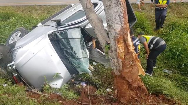 สุดสลด!หนุ่มสบปราบขับปิกอัพฝ่าฝนพาแม่ซื้อของวันหยุด ถนนลื่น-รถหมุนชนต้นไม้แม่เสียชีวิต