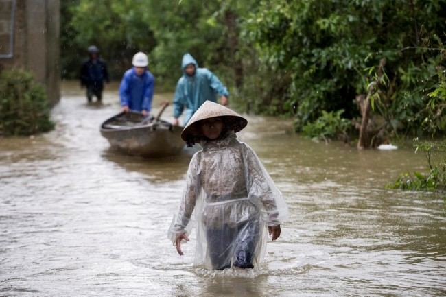 เวียดนามงานเข้า 'ไต้ฝุ่นโมลาเบ' ตรงดิ่งซัดภาคกลาง นายกฯ สั่งทหารเตรียมพร้อมอพยพคน 1.3 ล้าน