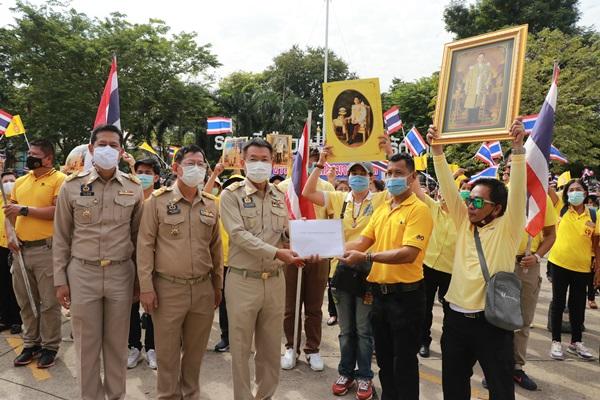 ชาวราชบุรียื่นหนังสือให้ผู้ว่าฯ ส่งถึงลุงตู่แสดงจุดยืนปกป้องสถาบัน