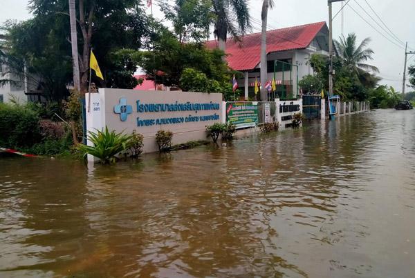 น้ำท่วมโรงพยาบาลส่งเสริมสุขภาพตำบลบ้านโคกพระ ต.หนองพลวง อ.จักราช