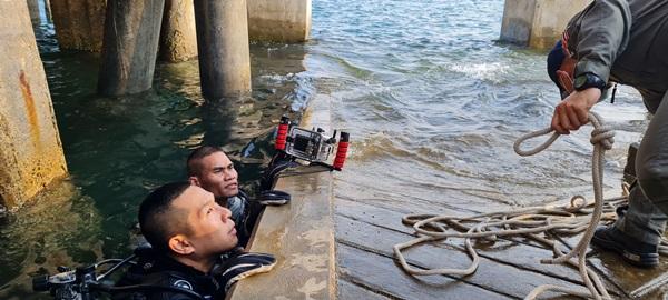 """ทร.สัตหีบ"""" ดำน้ำเก็บกู้ระเบิด ค. 60 ในทะเลใต้สะพานปลาหัวหิน"""