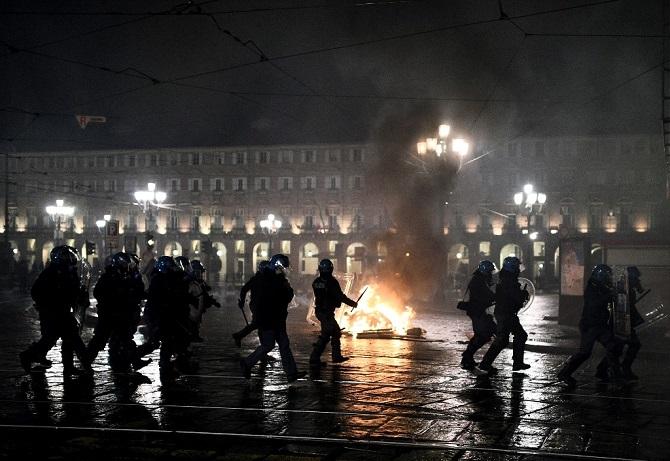 ตำรวจปะทะผู้ชุมนุมในอิตาลี ประชาชนไม่ขอทนข้อจำกัดสกัดโควิด-19 บาดเจ็บหลายสิบคน