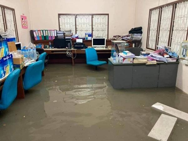 ฝนถล่ม ท่ายาง เมืองเพชร น้ำป่าไหลหลากเข้าท่วมหมู่บ้าน โรงเรียนต้องสั่งปิดเรียน 1วัน