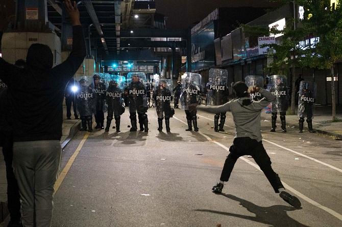 เมืองฟิลาเดลเฟียประกาศเคอร์ฟิว หลังประท้วงเดือดสองคืนติด แค้นตำรวจรัวยิงปลิดชีพ'คนดำสติไม่ดี'
