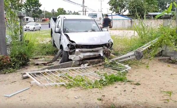 หนุ่มสงขลาคาดหลับใน รถเสียหลักพุ่งชนรถตำรวจทางหลวงหุบกะพง เจ็บ 3 ราย