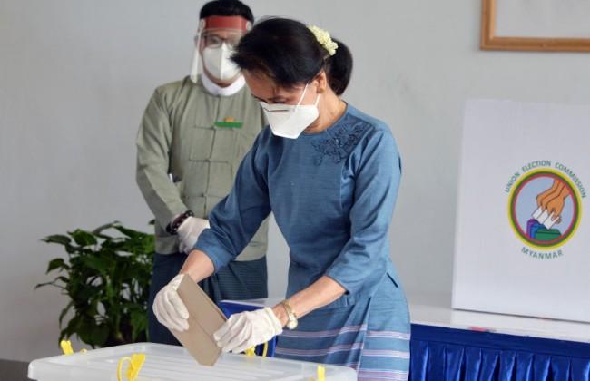 ชมภาพ 'ซูจี' เข้าคูหาเลือกตั้งล่วงหน้า สวมถุงมือหน้ากากจัดเต็มป้องกันโควิด