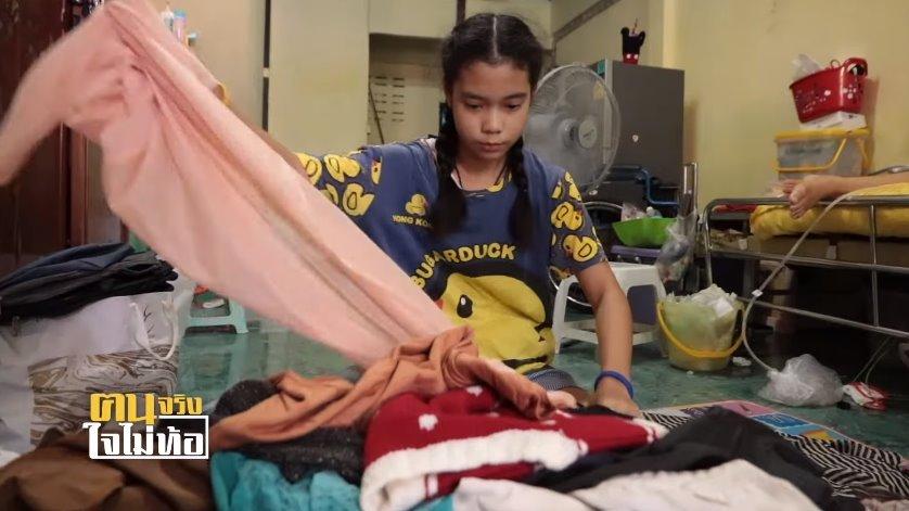 """แม่ค้าเด็กกตัญญู! """"น้องภัทร"""" ขายเสื้อผ้ามือสองหลังเลิกเรียน หาเงินจุนเจือครอบครัว-ดูแลแม่พิการ"""