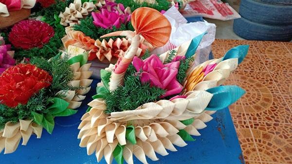 ชาวลพบุรีนำเปลือกข้าวโพด วัสดุจากธรรมชาติทำกระทงขาย