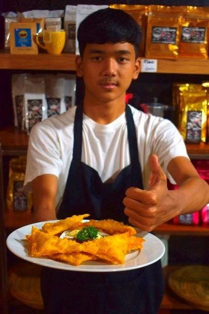 เกี๊ยวห่อชีส จานกินเล่นยอดนิยม เสิร์ฟโดยน้องพิช ลูกชายเจ้าของร้าน