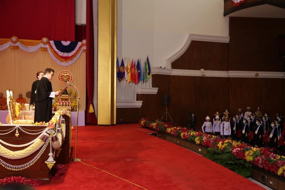 """ในหลวง พระราชทานพระบรมราโชวาทแก่บัณฑิตใหม่ มธ. """"มีหน้าที่นำความรู้ความสามารถที่มีอยู่ ไปใช้สร้างสรรค์ความสำเร็จแก่ตนเอง ..และประเทศชาติ"""""""