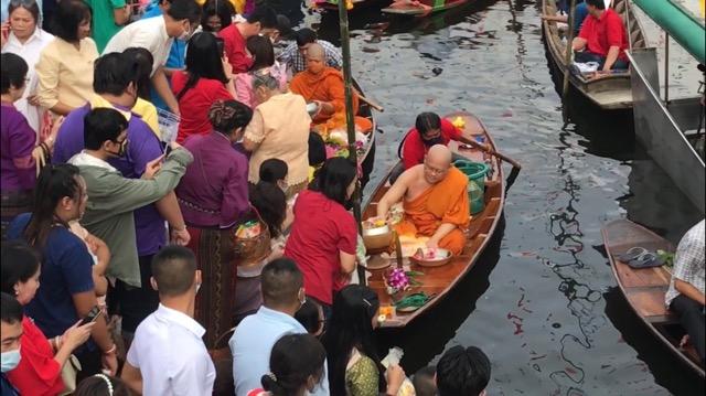 ชาว พุทธมณฑล จัดตักบาตรท้องน้ำ วันลอยกระทงอนุรักษ์ ประเพณีเก่าแก่ของไทย