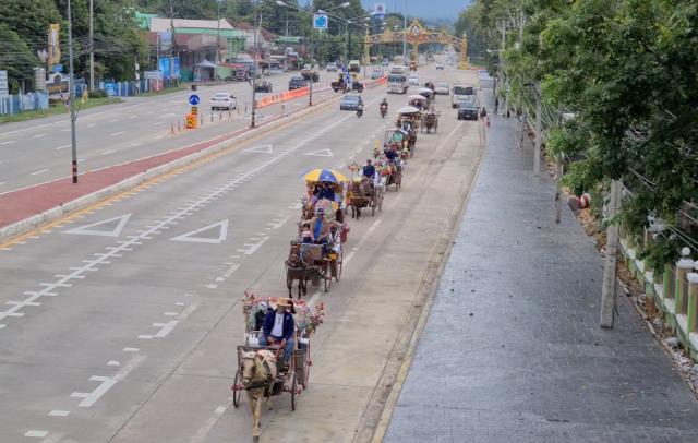 หาดูยาก!ชาวรถม้าลำปางตั้งขบวนแห่กฐินตกค้าง คนแห่ร่วมทำบุญ-ถ่ายรูปตลอดทาง