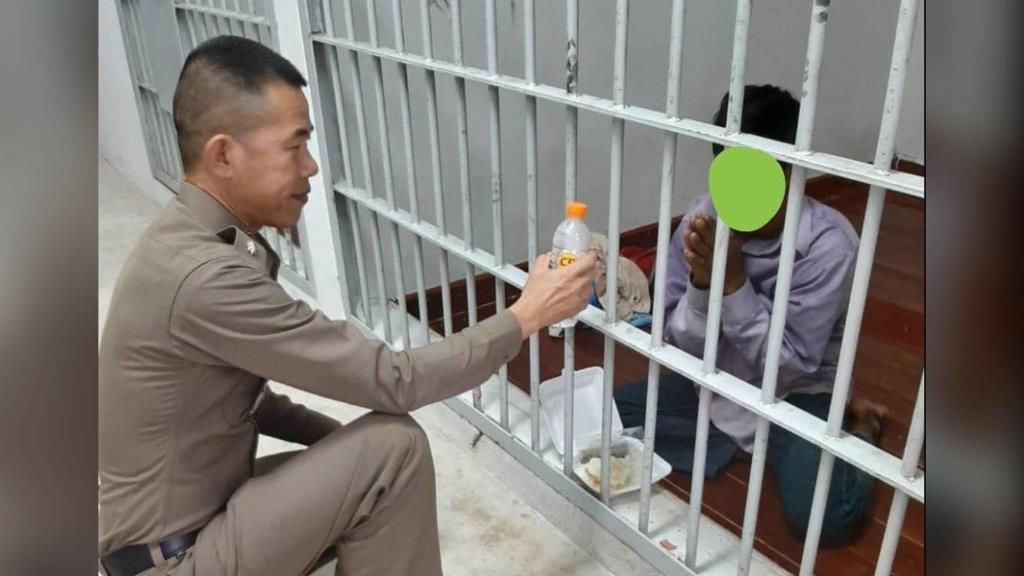 ชื่นชม! ตำรวจ สภ.วังขอนแดง ซื้อข้าว-น้ำดื่ม ให้ผู้ต้องหาต่างด้าวฯ ชาวเน็ตยกให้เป็นแบบอย่างที่ดี