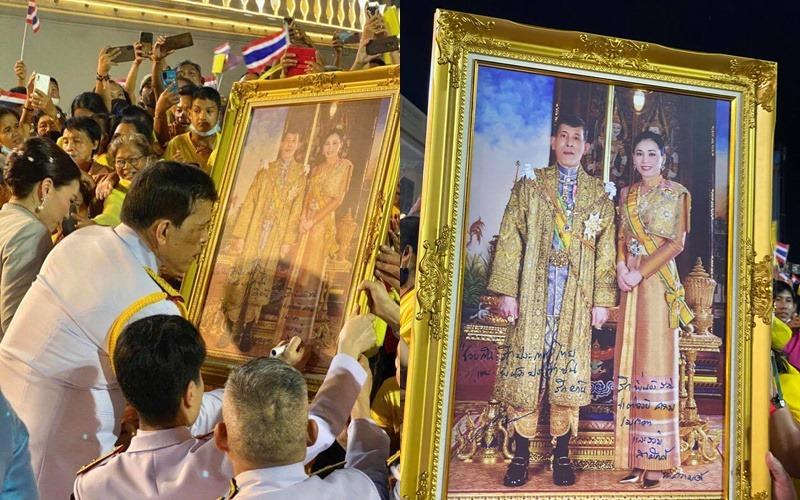 """ในหลวง ทรงพระอักษรบนพระบรมฉายาลักษณ์ """"ช่วยกันรักประเทศไทย รักพี่น้องร่วมชาติด้วยความเมตตา"""""""
