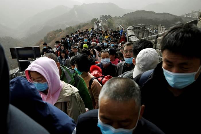 """ผู้เชี่ยวชาญจีนชี้สภาพแวดล้อมในจีนตอนนี้ปลอดภัย แม้มีการระบาดโควิด-19 ประปราย ที่สำคัญ """"อย่าการ์ดตก"""" ในภาพนักท่องเที่ยวจีนสวมหน้ากากอนามัยหลั่งไหลไปเที่ยวกำแพงเมืองจีนที่ปาต๋าหลิ่ง ในกรุงปักกิ่ง ภาพเมื่อวันที่ 31 ต.ค.2020 (ภาพ รอยเตอร์ส)"""