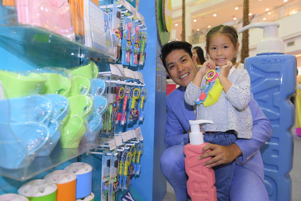 """Dr.RAY ผู้นำด้านนวัตกรรมผลิตภัณฑ์ดูแลช่องปาก ดึงครอบครัว """"หิรัญพฤกษ์"""" ร่วมเป็นพรีเซนเตอร์"""