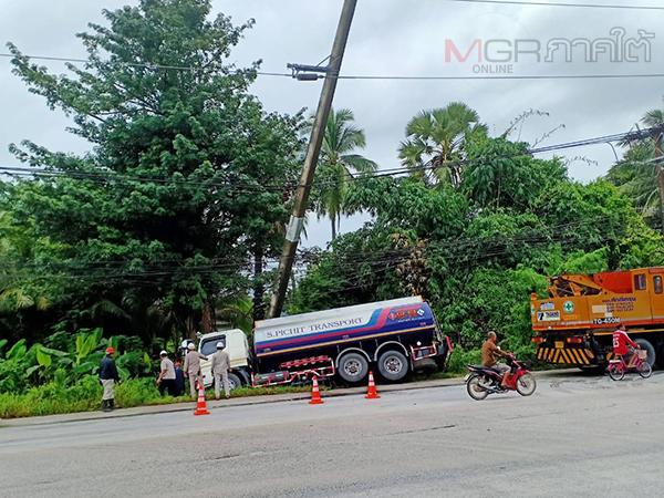 อุตลุด! รถบรรทุกน้ำมันชนท้ายกระบะและปีนข้ามเกาะกลางถนนไปชนเสาไฟฟ้าจนหัก