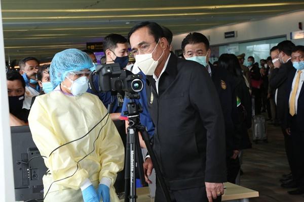 นายกรัฐมนตรีตรวจมาตรการคัดกรองสนามบินสมุย – ภูเก็ต เข้มความปลอดภัย
