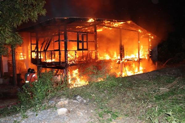 คาดไฟฟ้าลัดวงจร ไฟลุกไหม้บ้านเสียหาย 3 หลัง เขตเทศบาลเมืองอ่างทอง