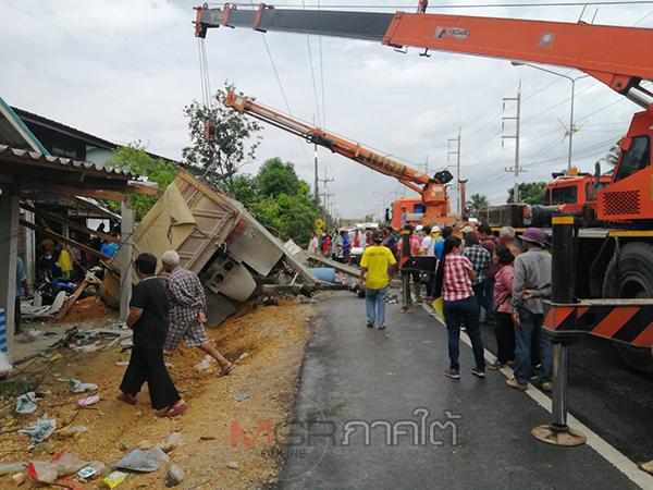 รถบรรทุกสิบล้อเสียหลักพุ่งชนเสาไฟฟ้าขาดสะบั้น 1 ต้นและบ้านของชาวบ้านพัง 2 หลัง