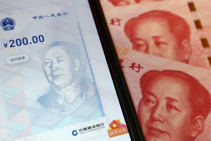 """""""เงินหยวนดิจิทัล"""" ในแอปพลิเคชันบนสมาร์ตโฟน เป็นเงินตราตามกฎหมายที่ธนาคารประชาชนจีนเป็นผู้ออก  ภาพเมื่อวันที่ 16 ต.ค.2020 (แฟ้มภาพรอยเตอร์ส)"""