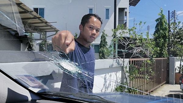 เฉียดตาย! กระสุนปริศนาตกใส่กระจกรถยนต์ ขณะทำสวนข้างบ้าน ในหมู่บ้าน โกล์เด้นทาวน์ วังหิน