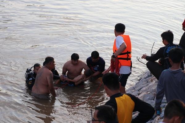 เด็กชายวัย10 ขวบจมน้ำดับ  หลังลงไปเล่นในแม่น้ำน้อย