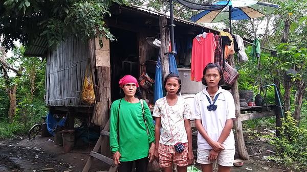 น่าเวทนา! 3 แม่ลูกชาวสุโขทัยอยู่กระต๊อบ เก็บเงินเยียวยาโควิดสร้างบ้านแต่ยังได้แค่เทพื้น-ก่ออิฐ