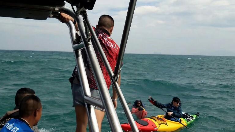 เกิดเหตุเรือคายัคนักท่องเที่ยวล่มกลางอ่าวศรีราชาทำลอยคอกลางทะเลนานเกือบ  ชม.